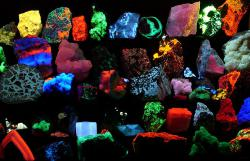 "Fluorescent minerals: Click ""hgrobe"" link for mineral identification"